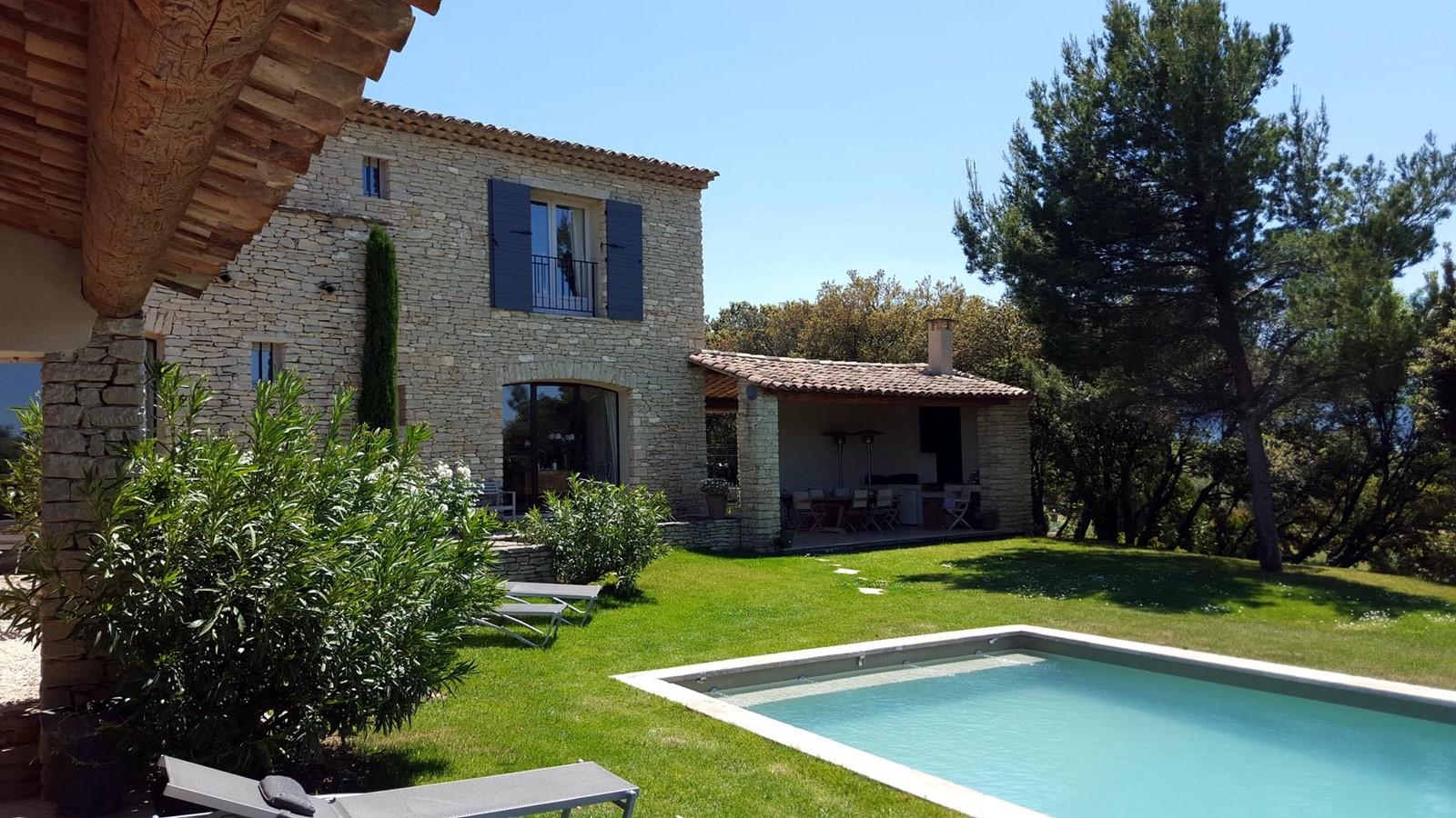 Jardin et piscine chauffee 3 les terrasses gordes maison for Maison hote luberon